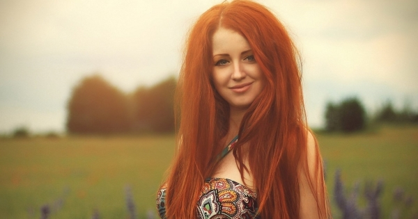devushka-krasivaya-ryzhaya-shikarnaya-bolshaya-grud-volosy-plate-vzglyad-ulybka-pole-leto-girl-beautiful-red-haired-elegant-figure-large-breasts-hair-dress-smile-field-summer-woman-chest