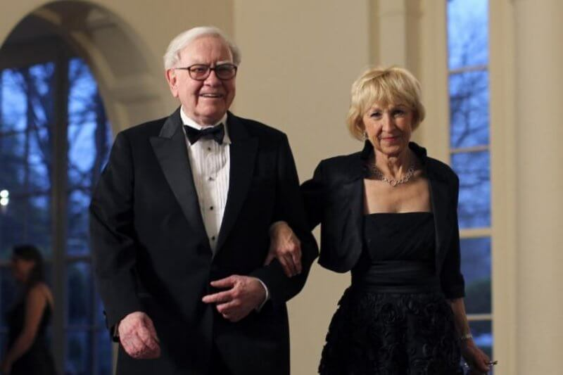 248729-business-magnate-warren-buffett-and-his-wife-astrid-menks-arrive-for-a-1
