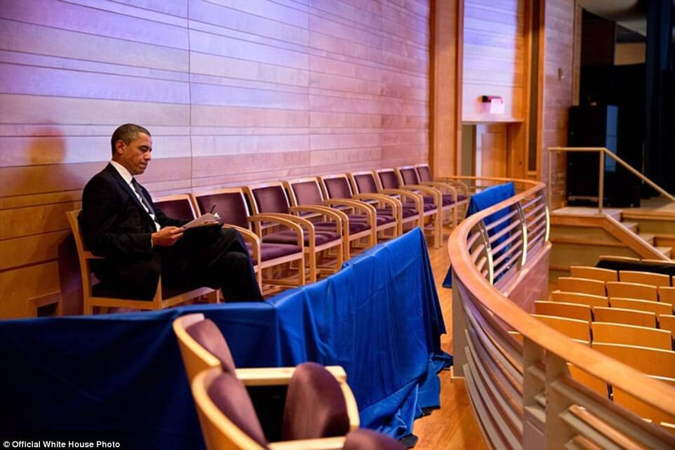 3a3f913400000578-3926100-u_s_president_barack_obama_works_on_his_newtown_speech_at_the_mu-a-15_1478871703701-1