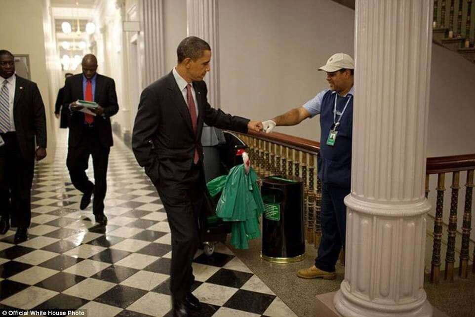 3a3f91c800000578-3926100-december_3_2009_obama_fist_bumps_custodian_lawrence_lipscomb_in_-a-22_1478871704023-1
